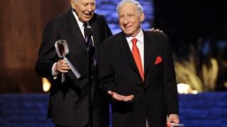 Carl Reiner, que morreu esta segunda-feira aos 98 anos, ao lado de Mel Brooks, com quem manteve uma amizade de sete décadas, além de uma duradoura parceria cómica