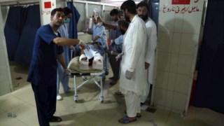 Uma das pessoas feridas numa explosão no exterior de um complexo prisional no Afeganistão é atendida no hospital de Jalalabad