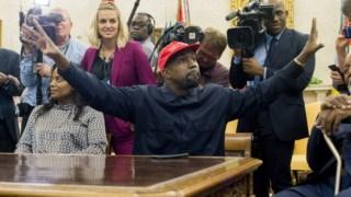 Kanye West visitou a Casa Branca em 2018 e deixou-se fotografar com um boné com a inscrição Make America Great Again
