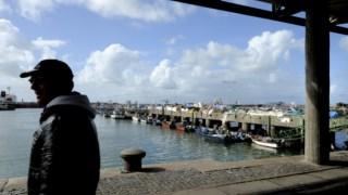 Embarcação auxiliar, com os pescadores, foi rebocada para Leixões