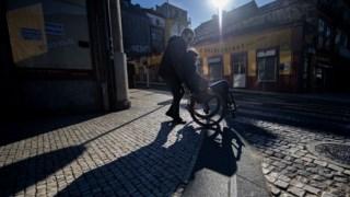 As pessoas em cadeira de rodas continuam a ter dificuldades de acesso e circulação no espaço público