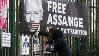Apoiantes de Assange colocam faixa contra a sua extraditação