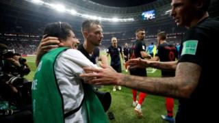Ivan Rakitic e Mario Mandzukic celebram novo golo na meia-final do Mundial de 2018, frente à Inglaterra, em Moscovo