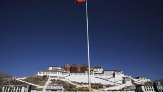 Bandeira chinesa em frente ao Palácio de Potala, em Lhasa, capital regional do Tibete