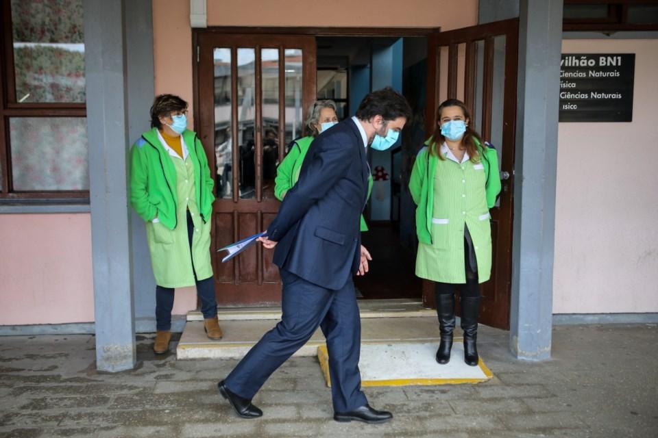 Ministério garante que, no total, há mais 2200 funcionários a caminho das escolas