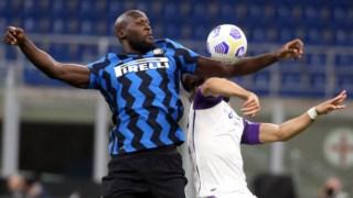 Lukaku e Cáceres em disputa no Inter-Fiorentina