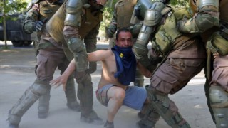 Polícia chilena é acusada de reprimir violentamente as manifestações do ano passado