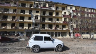 Edifício no Nagorno-Karabakh depois de ser atingido por um rocket