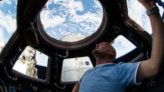 O astronauta alemão Alexander Gerst na ISS