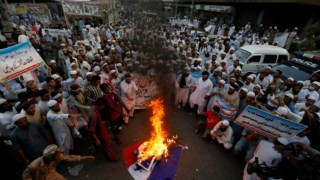 Em Karachi queimaram-se bandeiras de França em protesto pelas declarações de Emmanuel Macron