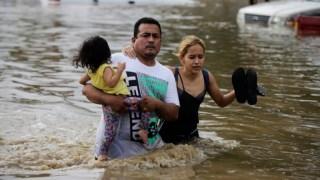 Na quinta-feira, centenas de pessoas esperavam por ajuda no município de La Lima, nas Honduras