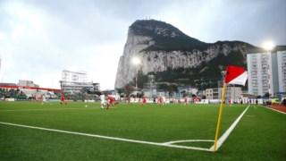 O rochedo de Gibraltar visto do Victoria Stadium, o único campo de futebol da região