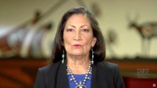 Deb Haaland fez história em 2018 quando se tornou na primeira indígena eleita congresista, junto com Sharice Davis, do Kansas