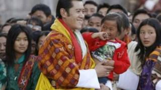 Em Março de 2008, o Butão transformou-se numa monarquia constitucional e o rei abdicou dos seus poderes absolutos
