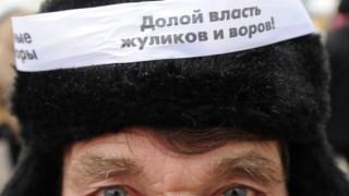 """""""Abaixo o poder de corruptos e ladrões"""" lê-se no chapéu deste manifestante anti-Putin"""