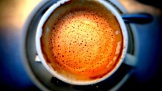 Café pode ser usado como complemento à medicação dada aos doentes com Parkinson, diz estudo