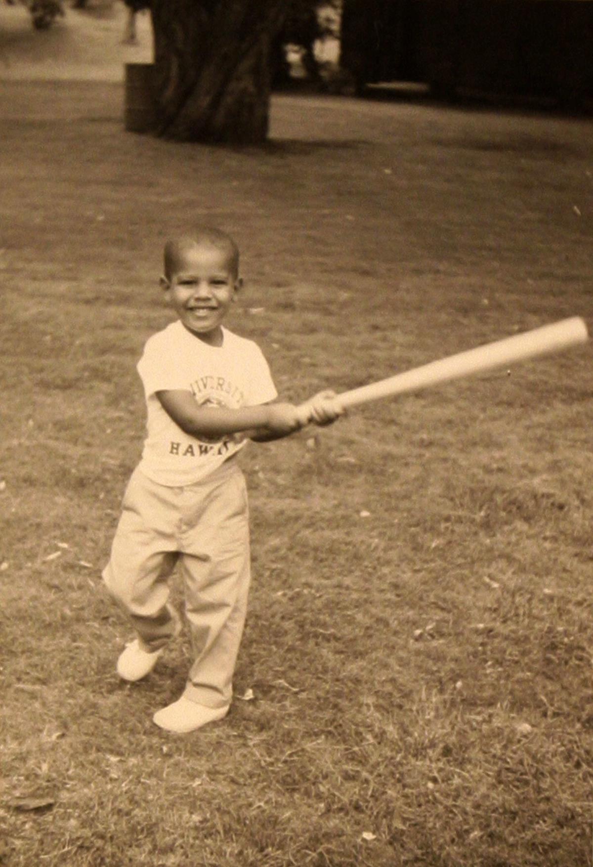 Obama em criança, com um taco de basebol