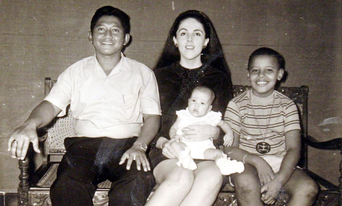 Barack Obama com o padastro, Lolo Soetoro, a irmã, Maya, e a mãe, Ann Dunham