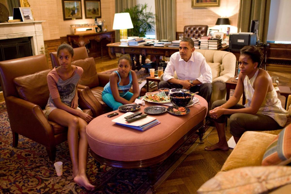 Em 2011, a família assiste a um jogo de futebol