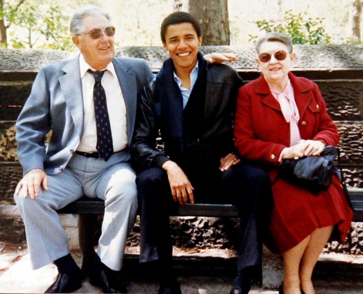Com os avós maternos, Stanley e Madelyn Dunham