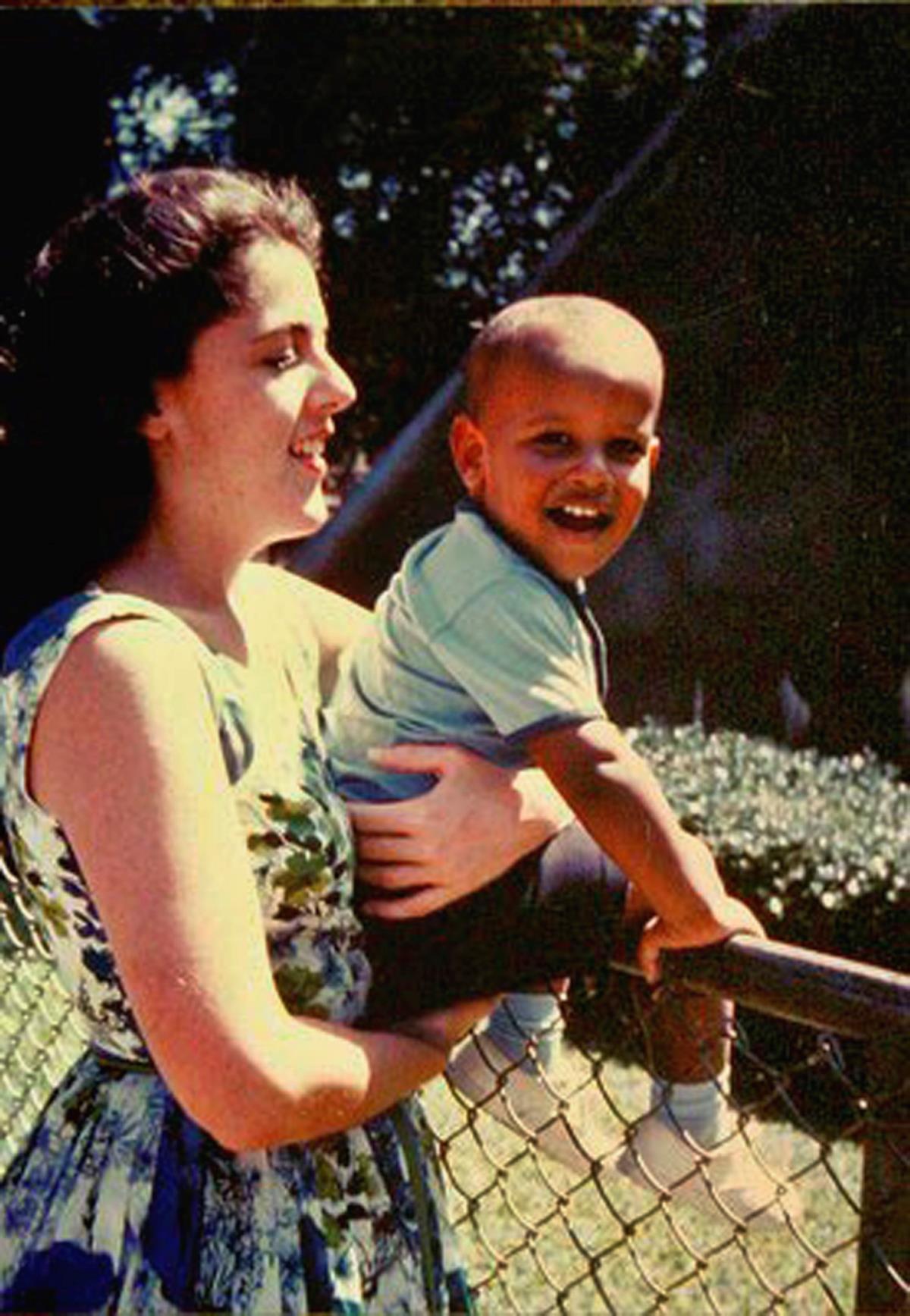 Do álbum de fotografias da família: Barack com a mãe, Ann Dunham