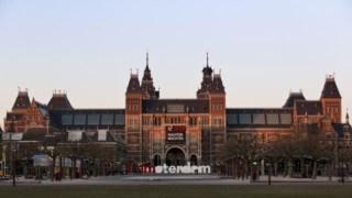 O Rijksmuseum está instalado num gigantesco edifício do século XIX e é uma das principais atracções turísticas da cidade